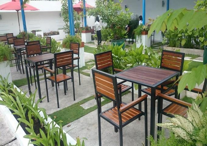 ban-ghe-quan-cafe-ueh1